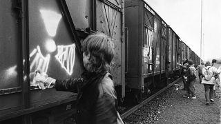 febbraio 1987: vagoni contenenti polveri contaminate sono contrassegnati come radioattivi a Brema, Germania del Nord,