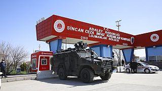 Rendőrségi jármű egy török bíróság előtt 2021 februárjában