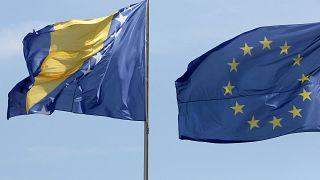 Bosna Hersek (solda) ve AB bayrakları