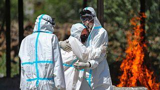 سوزاندن اجساد قربانیان کرونا در هند