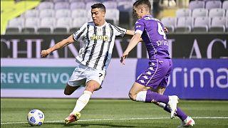 Cristiano Ronaldo et Nikola Milenković, lors de la rencontre de Serie A entre la Juventus et la Fiorentina, le 25 avril 2021 à Florence