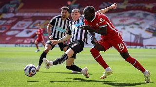 A Liverpool játékosa, Sadio Mane harcol a labdáért a Newcastle United elleni, április 24-i Premier League mérkőzésen.