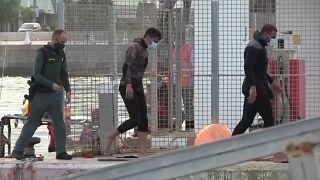 Varios migrantes son escoltados por la Guardia Civil tras llegar a la playa de Ceuta
