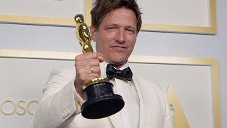 """المخرج الدنماركي توماس فينتربيرغ يحصل على جائزة أفضل فيلم روائي دولي عن """"جولة أخرى"""""""