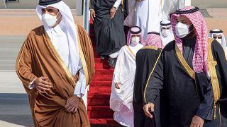 ولي العهد محمد بن سلمان (إلى اليمين) وهو يستقبل أمير قطر تميم بن حمد آل ثاني (إلى اليسار) عند وصوله إلى مدينة العلا السعودية- في 5 يناير 2021
