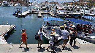 Turistas a punto de subir a un barco