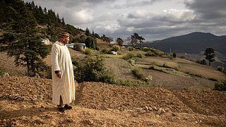 مزارع يقف أمام حقل للقنب ينتظر الموسم المقبل للزراعة والحصاد في منطقة كتامة، المغرب.
