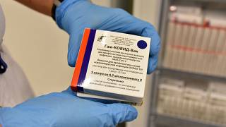 Az orosz Szputnyik V koronavírus elleni vakcina második adagjának ampullái a szolnoki Hetényi Géza Kórház oltópontján 2021. április 23-án.