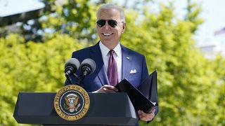 Joe Biden risponde alle domande dei cronisti sul prato della Casa Bianca, 27 aprile 2021