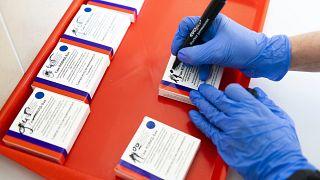 Az asszisztens felírja az orosz Szputnyik V koronavírus elleni vakcinák második adagjainak felhasználási időpontját a nyírbátori oltóponton 2021. április 26-án