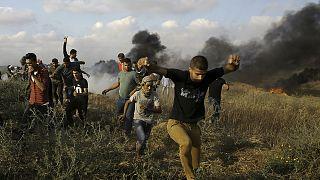 İsrail polisinin açtığı ateşten korunmaya çalışan Filistinli protestocular, Gazze. (arşiv)