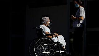 Betegszállítóra vár a 74 éves Elizabeth Nader és unokája a brasiliai HRAN kórház előtt