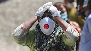 Egy asszony a Covidban elhunyt rokonát gyászolja Indiában