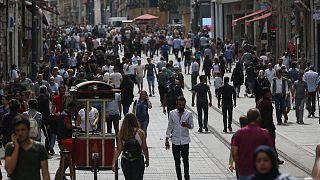 İstanbul İstiklal Caddesi'nde yürüyen kalabalık (arşiv)