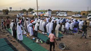 Shrugging off economic woes, Sudanese share Ramadan meal