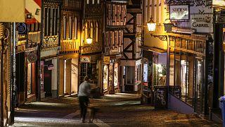 A németországi Amarburg belvárosa az éjszakai kijárási tilalom előtti percekben 2021. április 24-én