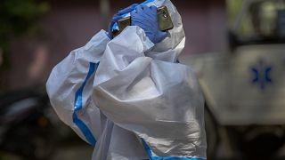 Gauhati, 27 aprile: il compagno di una vittima di Covid entra in un crematorio per le esequie