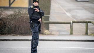 شرطي دنماركي أمام محكمة هولبايك/النمارك ، 21 آذار/مارس 2021