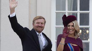 فيليم ألكسندر ملك المملكة الهولندية، زوجته الملكة ماكسيما يلوحان من شرفة القصر الملكي نوردايندي في لاهاي ، هولندا. 19 سبتمبر/أيلول 2019