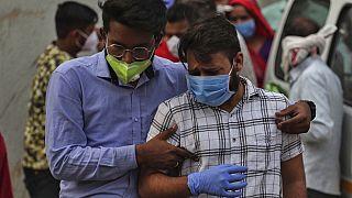 Trauende Angehörige einer oder eines Covid-19-Toten in Indien