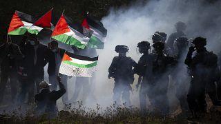 اشتباكات بين ضباط شرطة الحدود الإسرائيلية وفلسطينيين خلال احتجاج على توسيع المستوطنات الإسرائيلية اليهودية بالقرب من بلدة سلفيت بالضفة الغربية.