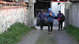 Mετανάστες διασχίζουν τις Άλπεις