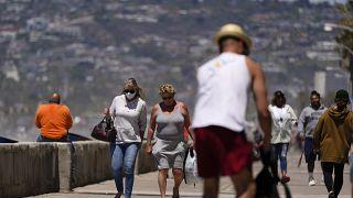 В США постепенно снимают ограничения, связанные с ношением масок