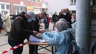 Vor einer Moschee in Berlin: Coronatest vor Ramadan-Gebeten