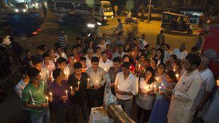 نيباليون يعشيون في ولاية آسام الهندية يصلون لروح ضحايا الهزة الأرضية التي ضربت الولاية. 27/04/2015