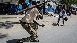 مصور يلتقط صورة لمقاتل من القاوت المناهضة للحكومة في أحد شوارع العاصمة مقديشو. 25/04/2021