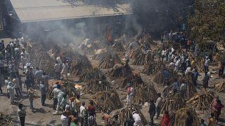 مقبرة بالعاصمة الهندية نيودلهي تستعد لحرق جثث ضحايا وباء كورونا. 24/04/2021