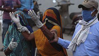 Hindistan'ın Ahmedabad kentinde Covid-19 nedeniyle bir yakınını kaybeden kadın, hastane önünde ağlarken