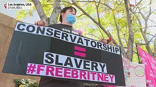 """شاهد: عشرات المعجبين يتظاهرون أمام محكمة لوس أنجلوس ويرفعون شعار """"حرروا بريتني"""""""