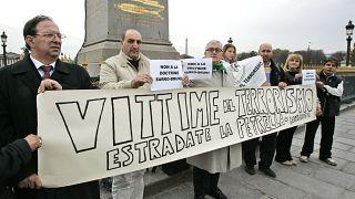 """Акция протеста в Париже с требованием экстрадиции членов """"Красных бригад"""", 2008 год"""