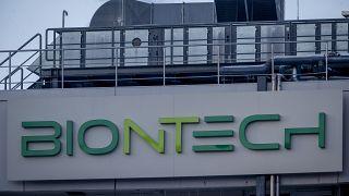 شعار على مبنى التكنولوجيا الحيوية فايزر/بايونتيك حيث بدأ إنتاج اللقاح في ماربورغ، ألمانيا.