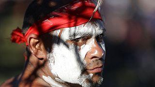 Egy aboriginal tánccsoport egyik tagja egy januári fesztiválon Sydney-ben