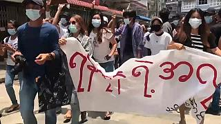 Les Birmans manifestent contre la junte