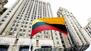 Rusya Dışişleri Bakanlığı binası önünde duran Litvanya bayraklı makam aracı