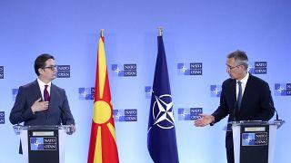 Kuzey Makedonya Cumhurbaşkanı Pendarovski (solda) ile NATO Genel Sekreteri Jens Stoltenberg