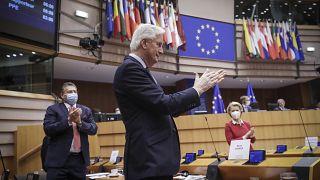 رئيس فريق العمل الخاص بتنسيق العلاقات مع المملكة المتحدة ميشال بارنييه ورئيسة المفوضية الأوروبية أورسولا فون دير لاين  خلال الجلسة العامة في البرلمان الأوروبي في بروكسل