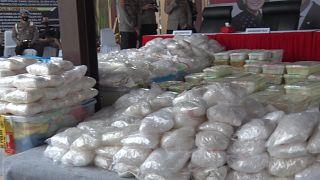 الشرطة الإندونيسية تضبط كمية من المخدرات بقيمة 82 مليون دولار وتعتقل 17 شخصا