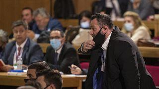 النائب في البرلمان الأوروبي، يوانيس لاغوس، داخل محكمة في أثينا، 12 أكتوبر 2020