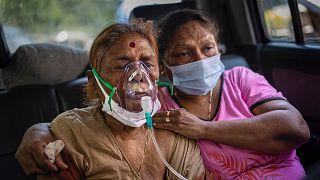 Hindistan'da salgın döneminde sağlık sistemi hastalara yetişemiyor
