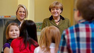 Almanya Başbakanı Merkel bir anaokulunu ziyaret ederken.