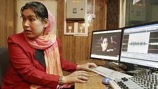 یکی از کارکنان استودیوی رادیویی صدای زنان افغان در کابل