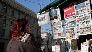 زنی در برابر یک کیوسک روزنامهفروشی در آتن پایتخت یونان