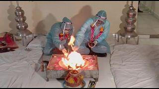 مراسم عروسی با داماد کرونایی در هند