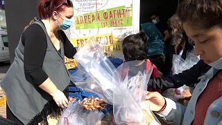 Εθελόντρια μοιράζει πασχαλινά αυγά