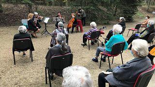 Koncert az idősotthon kertjében