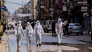 عمال في القطاع الطبي يشرفون على تطهير الشوارع لمنع انتشار فيروس كورونا في القامشلي قبل أكثر من عام، 24 آذار 2020
